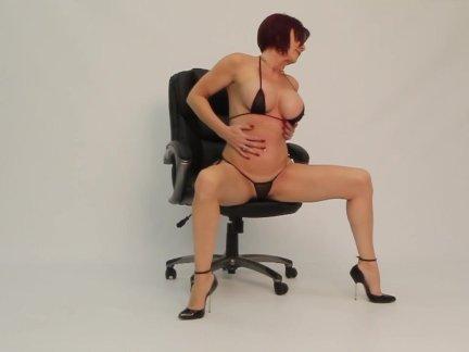 Одри, на стуле, на каблуках и годе