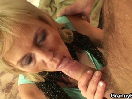 Тощая бабушка проститутка входит его озабоченный член