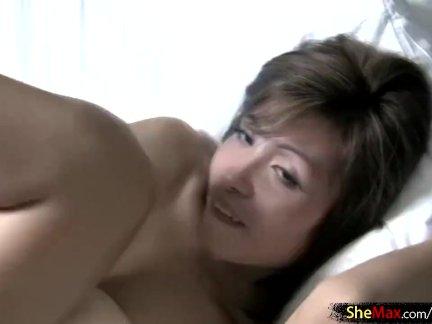 Женский ледибой сосет большой дятел