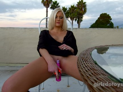 Сексуальная блондинка подросток мастурбирует на крыше палубе