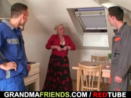 Противно бабушка спреды ее ноги для два членов
