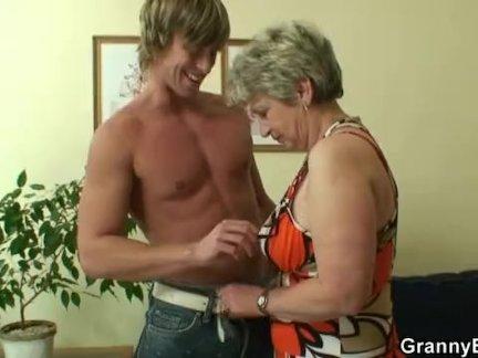 Одинокая бабушка трахается в различных позах