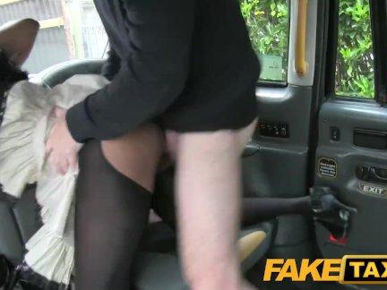 Поддельные такси негритянка - вниз и грязные