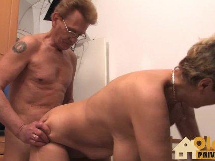 Старый пару имея секс