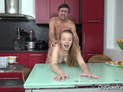 Парный секс на кухне между молодой красоткой