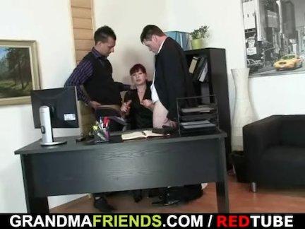 Зрелый офис сучка пользуется два членов