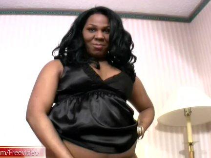 Черный транзь чудо демонстрирует ее достаточно задницу