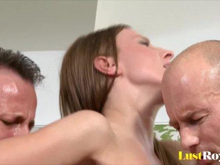 Порно видео огромные члены рвут цэлки