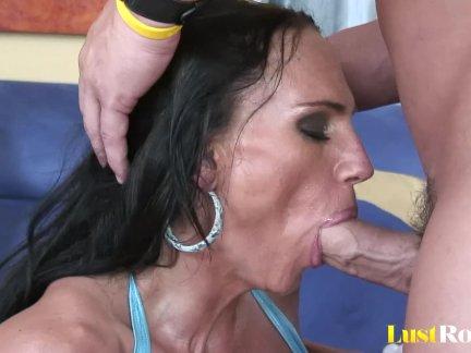 Очень грудастая мама лиза губы любит в трах