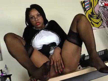 Черный девушка в чулки брызгается как сумасшедший