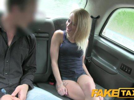 Поддельные такси великая задница и плотно бритая киска