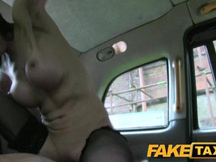 Поддельные такси леди с большими сиськами и жесткие черные чулки