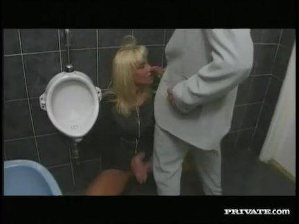 Связь, анальный секс в ванной