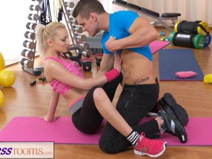 Фитнес-зал пара наклоняю сопротивляться секс у в тренажерном зале