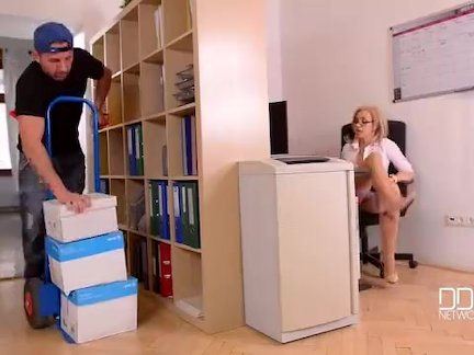 Раздача грудастая-хардкор офис-доставка парень челка грудастая секретарь