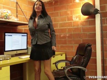 Сексуальный мамаша сопляки от ее бойфриенг
