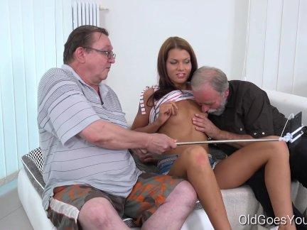София как трахают с двумя старыми парнями