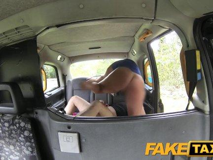 Поддельные Такси Горячая блондинка на капот такси кабины