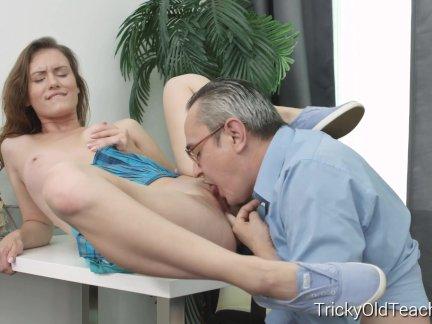 Распутная студент имеет секс с возбуждённый учитель