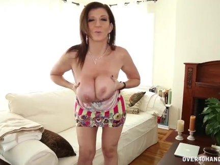 Грудастая женщина мастурбирует