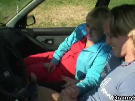 Он поднимает автостопом старую бабушку