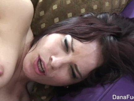 Сексуальный дана любит получать трах от позади
