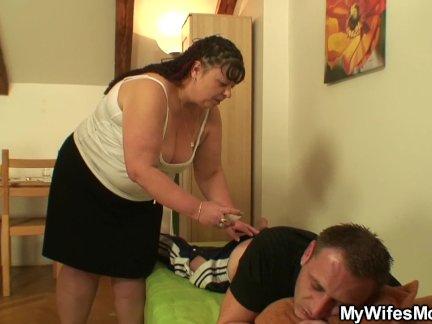Пухлая жены мама помогает его кончить