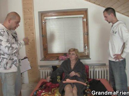 Горячая тройка с тощий блондинка бабушка