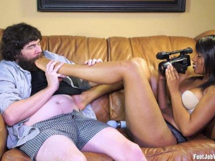 Любительское девушка поглаживание член с ее ноги