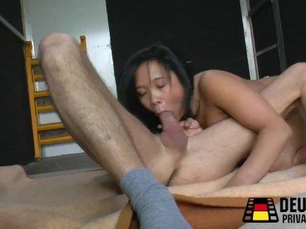 Азия девушка в неверию транспортер