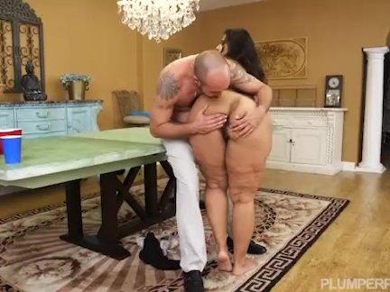 Толстушки мамочка софия роуз играет пиво понг для секс