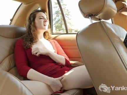 Сладкий Эндза мастурбирует ее влагалище на заднем сиденье