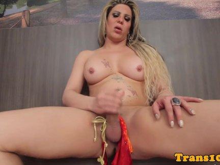 Соло латинка транссексуал играть с ее член