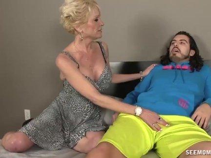 Зрелые шалава остасывает парень