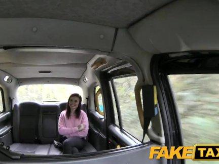 Поддельные такси маленькая американская рыжая делает анальный