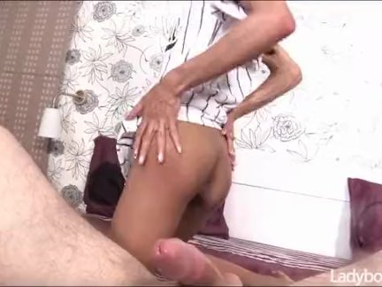 Красивая лицо ледибой мастурбирует