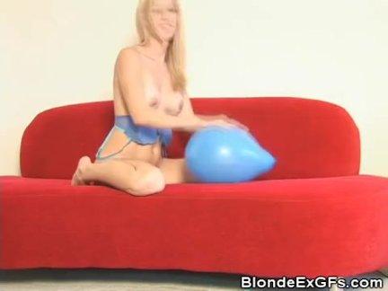 Алли играет расшалившись с воздушным шаром