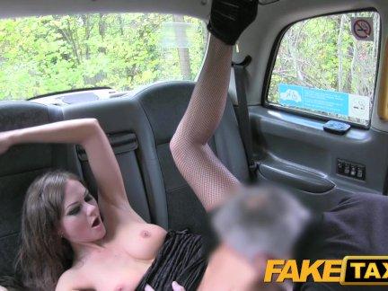 Поддельные такси горячий шикарный леди соблазняет водителя