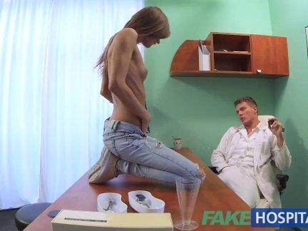 Поддельные больница доктор трахает пациентов жесткие киска, чтобы вылечить его похмелье