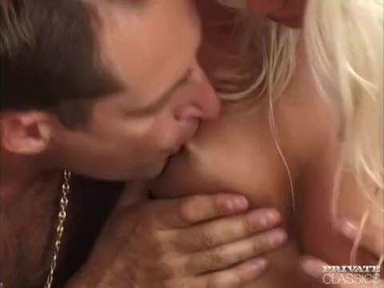 Магдалена пользуется анал секс в ванна