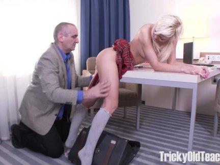 Великолепный блонди делает старый учитель сосредоточиться на ее