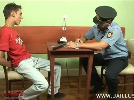 Симпатичный мальчик взят под стражу пожилым геем полицейский