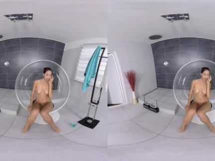 Реалжамвр-удивительные детка играет в душ