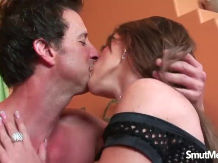 Топ порнозвезда - ее киска растягивается с толстый член