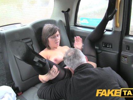 Поддельные Таксист пользуется хорошим в возрасте задницу римминг