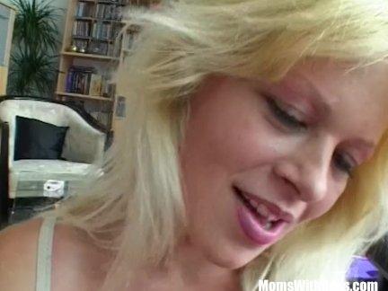 Блондинка сексуальный мамочка на первый дата ебёт