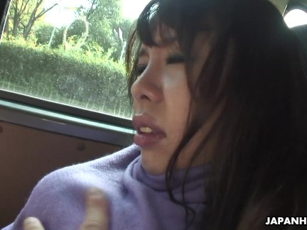 Эри сосёт член на заднем сиденье автомобиля