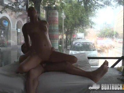 Распутная женщина трахает массажиста в общественных после того как он делает ее киску мокрой