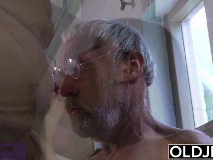 Старый мужик трахается молодой девушка его маленький член трахается ее рот и киска