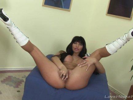 Удивительный крошка в белых сапогах любит мастурбировать